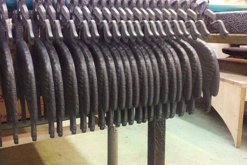 羊型に加工されたロゴサイン工場にて